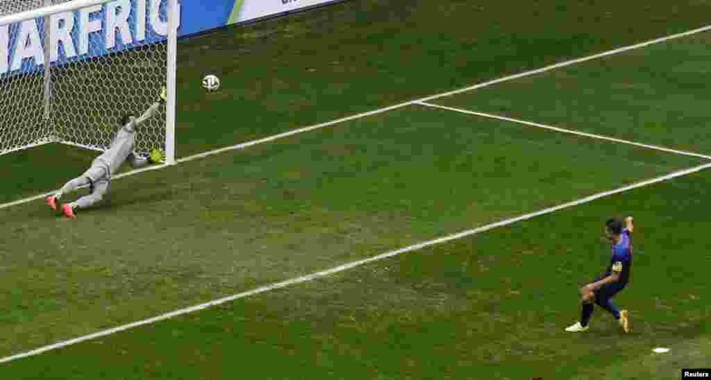 کھیل کے تیسرے منٹ میں نیدرلینڈ کے وان پرسی نے پنیلٹی ملنے پر برازیل کے خلاف پہلا گول کیا