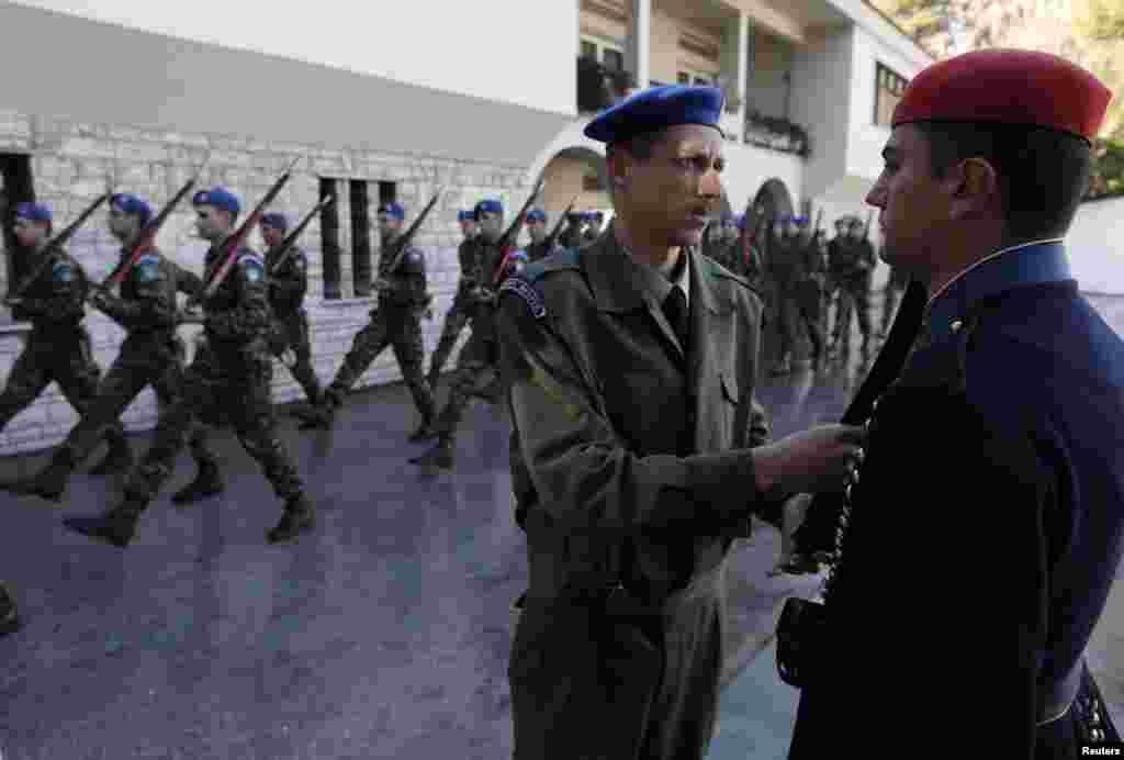 اس دستے میں شامل اہلکاروں کا چناؤ یونانی فوج سے کیا جاتا ہے۔