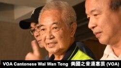 香港市民郭卓堅(中)就一地兩檢條例提請司法覆核 (攝影﹕美國之音湯惠芸)