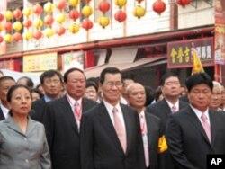 台湾副总统萧万长(中)和大甲镇澜宫董事长颜清标(右)参与祝寿大典