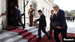 美國國務卿克里10月12日抵達喀布爾的總統府,與阿富汗總統卡爾扎伊舉行第二次會晤
