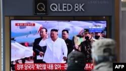 មនុស្សម្នាមើលកម្មវិធីព័ត៌មានទូរទស្សន៍ដែលបង្ហាញវីដេអូរបស់លោក Kim Jong Un នៅស្ថានីយរថភ្លើងនៅក្នុងក្រុងសេអ៊ូល កាលពីថ្ងៃទី២១ ខែមេសា ឆ្នាំ២០២០។