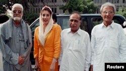 رسول بخش پلیجو (بائیں جانب) کی یکم اگست 1998ء کو کراچی پریس کلب میں لی گئی ایک تصویر جس میں وہ سابق وزیرِ اعظم بے نظیر بھٹو اور بزرگ سیاست دان اجمل خٹک کے ہمراہ پریس کانفرنس کے لیے آرہے ہیں۔
