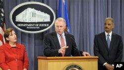 Kepala Mahkamah Agung Eric Holder (kanan) dan Sharis Pozen, pejabat asisten Mahkamah Agung (kiri) mendengarkan keterangan dari George Jepsen di gedung Departemen Kehakiman, Washington DC (Foto: dok).