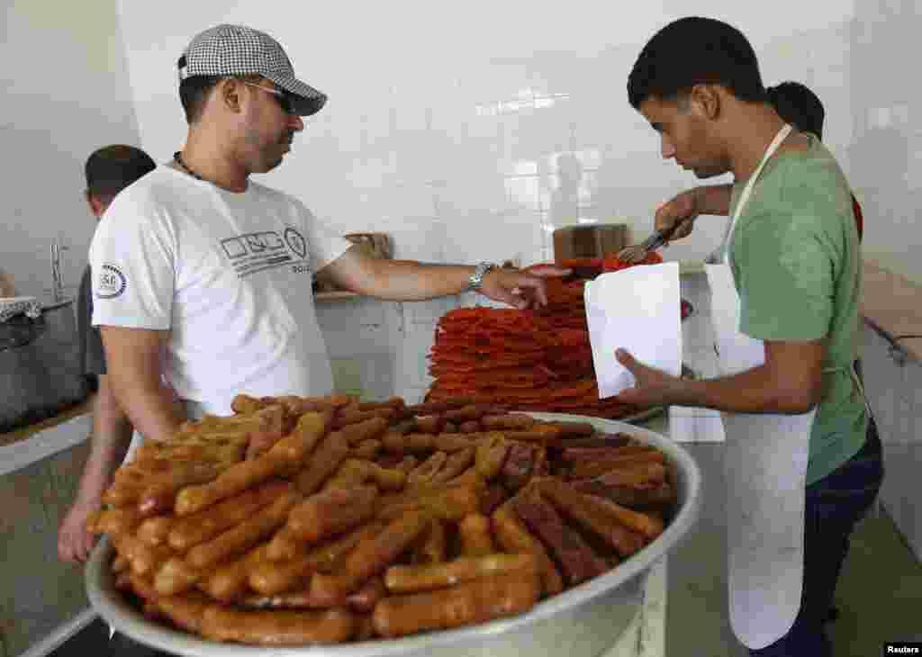 Penjual kudapan manis di tengah kota Tripoli, Libya.