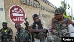 Des soldats des FRCI montent la garde devant une base militaire à Abidjan (11 avril 2011)