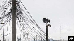 人们在尼日利亚拉各斯一个市场的房顶上修理发电机