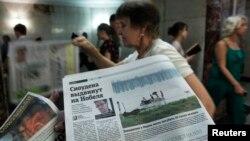 Pembagian koran berisi berita tentang Edward Snowden di stasiun bawah tanah Moskow. (Foto: Dok)