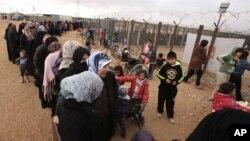 지난달 20일 요르단 마프라크 난민캠프에서 시리아 난민들이 구호용품을 받기 위해 줄을 서 있다. (자료사진)