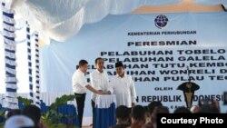 Presiden Joko Widodo (tengah) meresmikan lima pelabuhan di wilayah timur Indonesia hari Rabu pagi 6/4 (Courtesy: Biro Pers Kepresidenan RI).