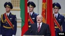 Presiden Alexander Lukashenko saat melakukan sumpah jabatan di ibukota Minsk, Jumat 21 Januari 2011.
