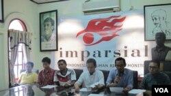 Koalisi Masyarakat Sipil Anti Hukuman Mati dalam konferensi pers di kantor Imparsial Rabu (11/5) mendesak pemerintah untuk meninjau ulang hukuman mati. (Foto: VOA/Fathiyah Wardah)