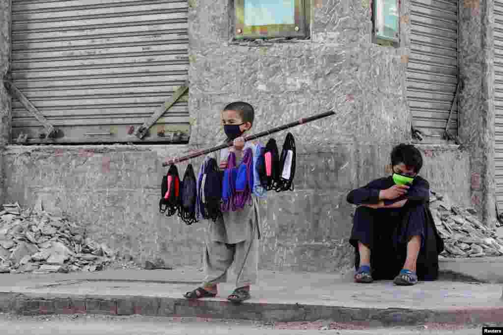 کودک دستفروش در شهر کراچی پاکستان