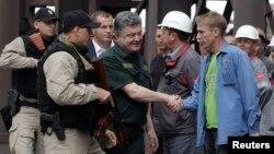 페트로 포로센코 우크라이나 대통령이 8일 항구도 마리우폴의 한 제철소를 방문했다.