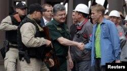 Президент Украины Петр Порошенко (в центре) в Мариуполе. 8 сентября 2014 г.