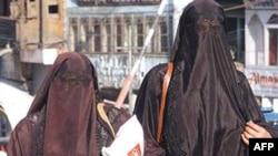 Phụ nữ Hồi giáo với áo choàng che kín mặt