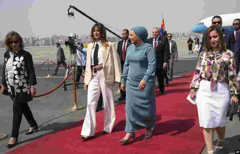 Melania Trump recebida pela primeira-dama egípcia Entissar Mohameed Amer à chegada no Aeroporto Internacional do Cairo, 6 de Outubro, 2018.