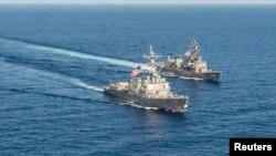 지난 2015년 남중국해에서 진행된 미일 연합훈련에서 미 해군의 '머스틴' 이지스 구축함(왼쪽)과 일본의 '키리사메' 구축함이 훈련을 실시하고 있다. (자료사진)