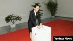북한 김정은 국방위원회 제1위원장의 친여동생인 김여정(27)이 9일 김일성정치대학에서 최고인민회의 대의원 선거 투표를 하는 모습이 조선중앙TV에 나왔다. 북한 매체는 이날 처음으로 김여정을 김 제1위원장의 수행자로 호명했다.