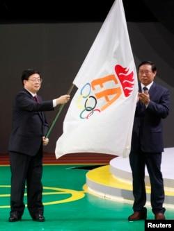天津市长黄兴国在香港东亚运动会的闭幕式上挥舞东亚运动会会旗,下届东亚运动会在天津举行(2009年12月13日)