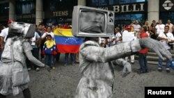 Miembros de organizaciones de prensa independientes protestan en las calles de Venezuela los ataques contra la prensa [Foto: Archivo].