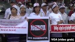 成百上千名抗议者星期四在美国驻缅甸大使馆外示威(2016年4月28日)