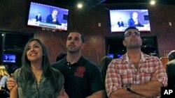 Televidentes observan el debate presidencial en Miramar, Florida. Casi 66 millones de personas siguieron paso a paso el enfrentamiento retórico del martes.