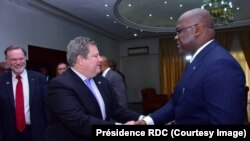 Président Félix Tshisekedi (1er D)na ya mambi ya Afrika, Peter Tibor Nagy, (1er G), na ntoma ya Amerika na Kinshasa, Mike Hammer, na Kinshasa, RDC, 15 mars 2019. (Twitter/Présidence RDC)