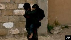 Dečak nosi mlađeg dečaka u kampu Al-Hol u pokrajini Hasakeh u Siriji (Foto: AP/Maya Alleruzzo)