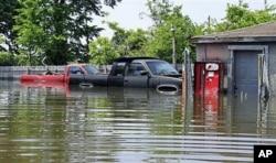Deux camionnettes sous les eaux, dans un garage près de Memphis