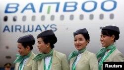 Phi hành đoàn của hãng hàng không Bamboo Airways trước một chuyến bay tại sân bay Nội Bài ở Hà Nội hôm 16/1/2019. Hãng chuẩn bị ký kết thoả thuận trị giá 2 tỷ USD mua động cơ của tập đoàn GE của Mỹ.