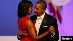 Ibu negara Michelle Obama memakai gaun rancangan desainer AS Jason Wu dalam pesta dansa inaugurasi (21/1).