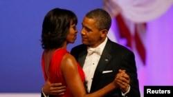 美国总统奥巴马和第一夫人米歇尔1月21日晚上在舞会上