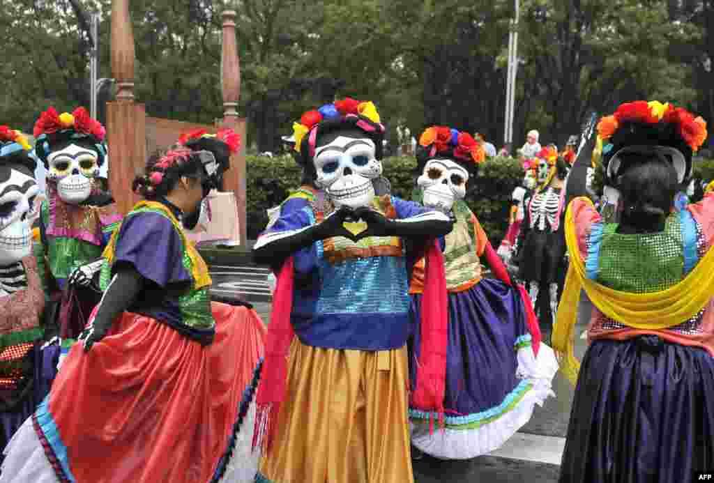 មនុស្សម្នាចូលរួមក្នុងពិធីដង្ហែក្បួន Day of the Dead តាមបណ្តោយវិថី Reforma ក្នុងក្រុង Mexico City កាលពីថ្ងៃទី២៧ ខែតុលា ឆ្នាំ២០១៩។