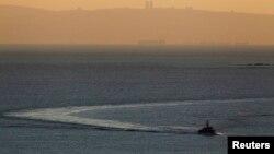 Un navire de la marine israélienne navigue dans la mer Méditerranée près de la frontière avec le Liban, le 16 décembre 2013.