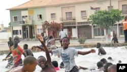 Crianças brincando num jardim da cidade de Namibe