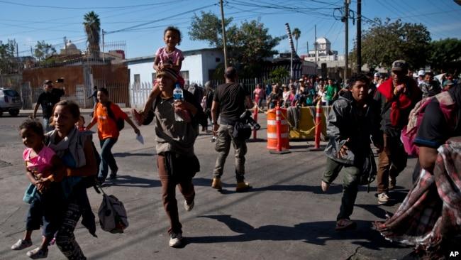 Göçmenler sınırı koşarak geçmeye çalıştılar
