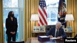 Perezida wa Amerika, Joe Biden asinya itegeko ry'amafaranga afasha abanyagihugu kubera basinzikajwe na COVID-19. White House i Washington, kw'italiki ya 11/03/2021