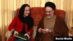 ریحانه طباطبایی در کنار سید محمد خاتمی پس از آزادی از زندان در سال ۹۱