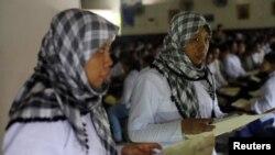 Pekerja migran Indonesia yang hendak pergi ke Timur Tengah memegang dokumen di kantor imigrasi Tangerang, Banten. (Foto: Dok)