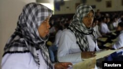 Seorang tenaga kerja Indonesia yang akan bertolak ke negara Timur Tengah. (Foto: Dok)