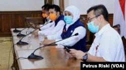 Gubernur Jawa Timur Khofifah Indar Parawansa saat memberikan keterangan pers terkait kasus corona (Foto: VOA/Petrus Riski)