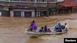 Người dân đi thuyền trong nước lụt tại Ba, Viti Levu, Fiji, ảnh chụp ngày 1/4/2018. (Courtesy - Sanjeet Ram)