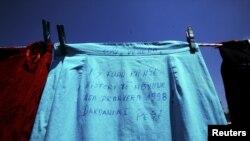 """Një fund me mesazhin """"Ky fund ka njëhistori të mbyllur nga pranvera 1998"""", dhuruar nga një viktimë e dhunës seksuale në luftë."""