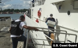 Agentes del Servicio de Guardacostas transfieren custodia de sospechoso de narcotráfico y fardos de droga en Santo Domingo, República Dominicana. Diciembre, 2016.