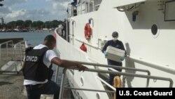 El Servicio de Guardacostas de EE.UU. entrega la droga incautada y a tres sospechosos de narcotráfico a las autoridades en Santo Domingo, República Dominicana.