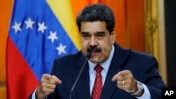 លោកប្រធានាធិបតីវ៉េណេស៊ុយអេឡា Nicolas Maduro ធ្វើសន្និសីទកាសែតមួយនៅវិមានប្រធានាធិបតី Miraflores ក្នុងក្រុង Caracas ប្រទេសវ៉េណាស៊ុយអេឡា កាលពីថ្ងៃទី២៥ ខែមករា ឆ្នាំ២០១៩។