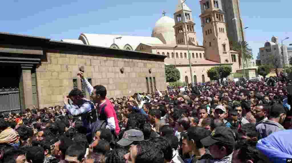 Egyptians converge on Cairo's main Coptic Cathedral to pay their last respects to Pope Shenouda, who died on March 17, 2012. (VOA-E. Arrott)