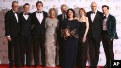 Sutradara film '1917' Sam Mendes dan kru di belakang panggung setelah menerima penghargaan film terbaik dalam penghargaan film Inggris, Bafta, di London, 2 Februari 2020. (Foto: AP)