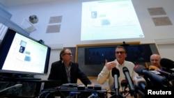 7일 스위스 로잔에서 로잔대학병원 법의학팀 관계자들이 팔레스타인 전 지도자 야세르 아라파트의 유해와 소지품을 조사한 결과를 발표하고 있다. 연구팀은 치명적은 방사능 물질 '폴로늄'이 다량 검출됐다고 밝혔다.